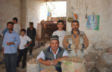 Tadżykistan - mężczyźni na bazarze.