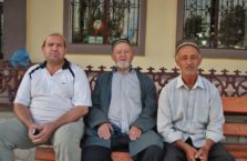 Tadżykistan - mężczyźni na ławce.