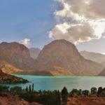 Tadżykistan - zimne jezioro Iskander-Kul w Górach Fańskich.