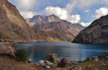 Tadżykistan - zimne jezioro Marguzor w Górach Fańskich.