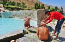 Tadżykistan - golenie koło naturalnego basenu.