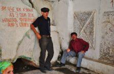 Tadżykistan - mężczyźni przy kranie wody pitnej.