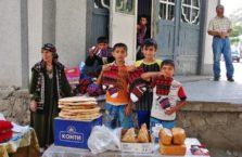 Tadżykistan - chłopcy ze skarpetkami pamirskimi.