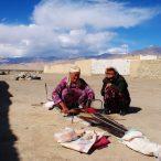 Kobiety szyjące koc na Trasie Pamirskiej.