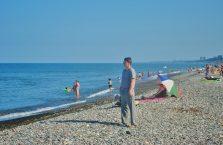 Gruzja - na kamienistej plaży nad Morzem Czarnym.