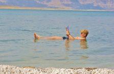 Jordania - unoszę się na Morzu Martwym jak gumowa kaczka.