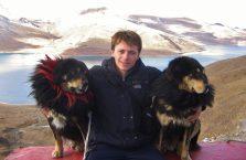 Tybet - z psami nad jeziorem Namdrok.