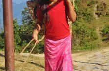 Nepal - dziewczynka nosiąca wodę pod górę.