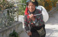 Tybet - kobieta wychodząca ze świątyni.
