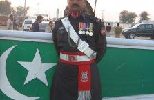 Pakistan - żółnierz na granicy.