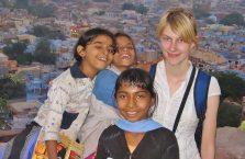 Indie -  podrózniczka z Polski z młodymi Hinduskami.