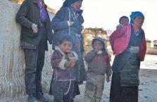 Tybet - biedna rodzina na szlaku.