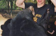 Laos - karmię czarne niedźwiedzie azjatyckie.