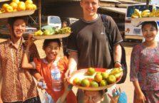 Birma - dziewczyny sprzedające owoce.