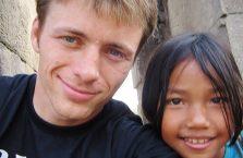 Kambodża - z dziewczynką od której kupiłem pocztówki w Angkor Wat.