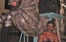 Indie - Hindus w świątyni.