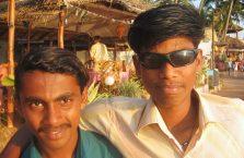 Indie - młodzi Hundusi. Jeden z moich okularach.