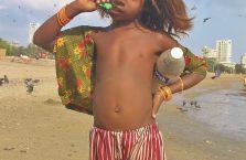 Indie - dziecko na plaży w Bombaju.