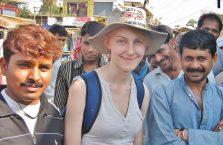 Indie - podróżniczka z Polski i uśmiechnięci Hindusi.