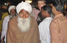 Indie - brodaty w tłumie.