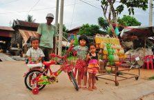 Kambodża - dzieci przy ulicy.