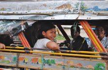 Laos - dziewczyna w autobusie.