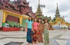 Birma - młode kobiety w świątyni.