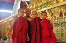 Birma - łodzi mnisi przez pomnikiem leżącego Buddy.