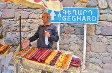 Armenia - mężczyzna sprzedający swoje wyroby.