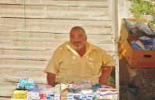 Gruzja - mężczyzna sprzedający losy na loterii.