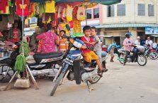 Kambodża - dzieci na motorze.