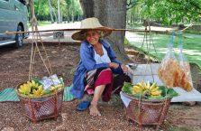 Tajlandia - kobieta z owocami.