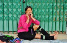 Wietnam - kobieta grająca na harmonijce.