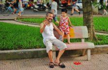 Wietnam - dziadek i wnuczka.