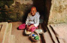 Kambodża - stara kobieta w świątyniach Angkor.