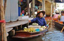 Tajlandia - kobieta na bazarze wodnym.