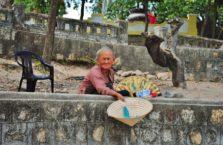 Wietnam - kobieta prosząca o drobne.