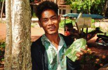 Kambodża - sprzedawca w świątyniach Angkor.