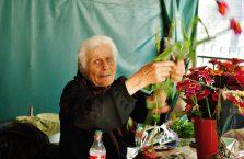 Gruzja - babcia sprzedająca kwiaty.