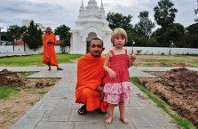 Tajlandia - biała dziewczynka z mnichem.