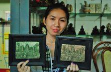 Kambodża - dziewczyna w obrazkami.