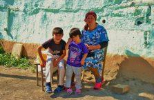 Azerbejdżan - dzieci z babcią na wsi.