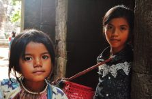 Kambodża - dzieci sprzedające pocztówki w świątyniach Angkor.