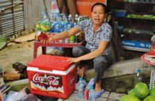 Wietnam - stara kobieta ze swoim straganem.