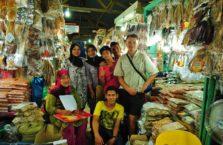 Malezja - z ludźmi na bazarze.