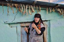 Azerbejdżan - kobieta przed swoim domem.