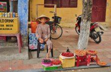 Wietnam - stara kobieta ze swoim straganem w Hoi An.