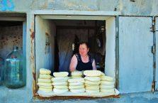 Gruzja - kobieta sprzedająca bardzo dobry gruziński ser.