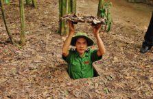 Wietnam - młody mężczyzna w tunelach cu Chi.