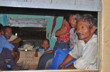 Birma - ludzie w pociągu.